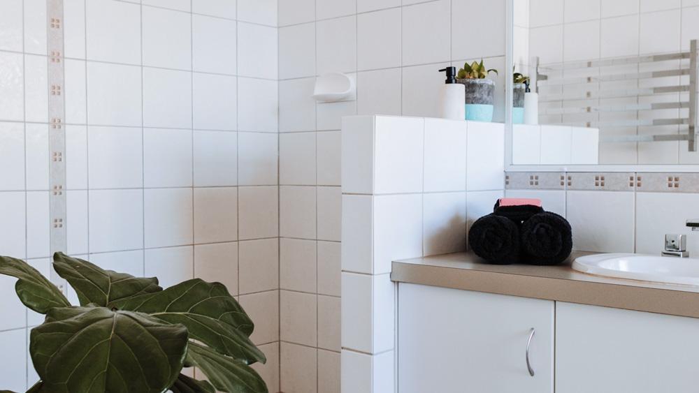Μπάνιο με χτιστή ντουζιέρα