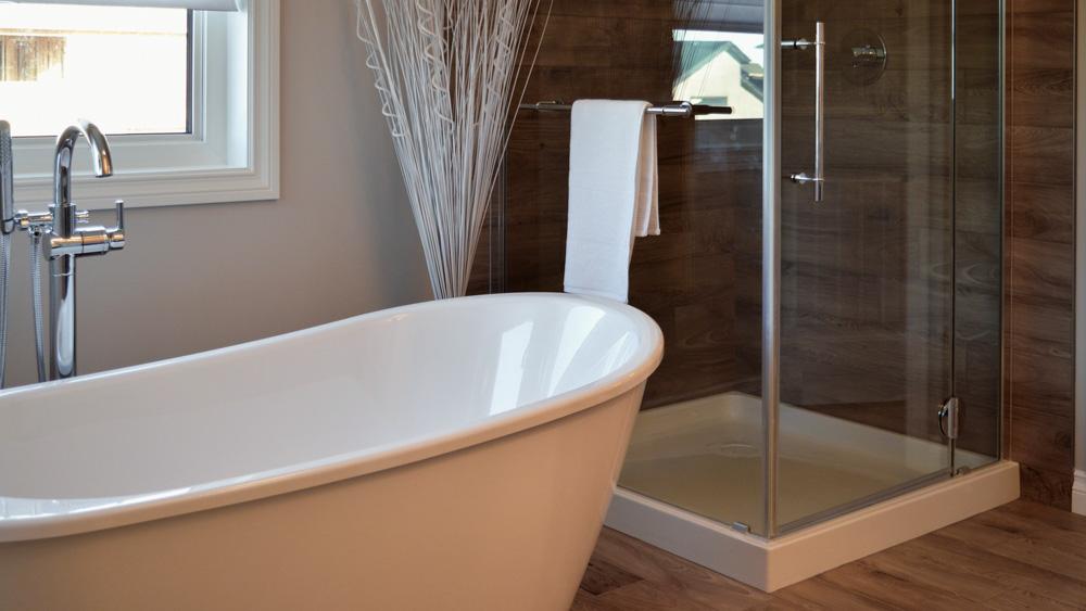Μοντέρνο μπάνιο με δάπεδο σαν ξύλο