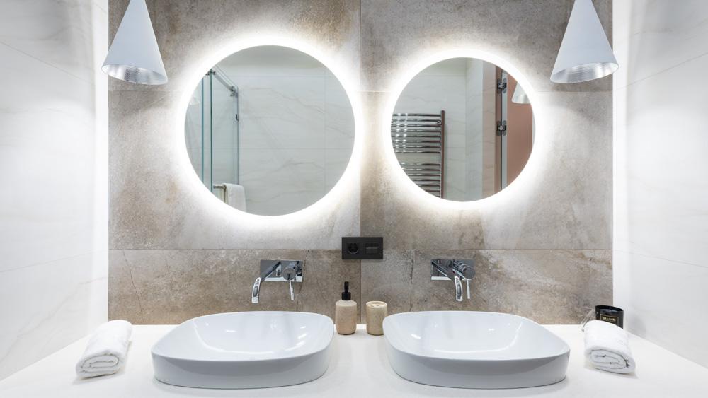 Κρυφός φωτισμός σε καθρέπτη μπάνιου
